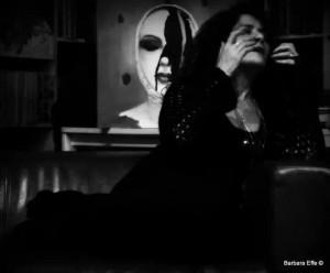 Annodata donna Dov'eri quando l'alba gridava coi tarocchi in mano senza indovinare degli istanti neanche il vivere negato? Dov'eri quando gli ideali abitavano sui muri davanti a palazzi benpensanti su marciapiedi sporchi e io ero lì a cercare di cucire a filo doppio la mia carne? O nelle notti a perdere sputate in un bicchiere di follia bevuta a sorsi grandi e vomitata su letti di cartone, dov'eri? Ma che importa, sono nati tanti piccoli rami tra lo scrivere d'onde e il giardino, tu goccioli di doccia sul tappeto che non ricordo più dove abitavo prima