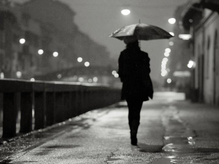 pioggia-i-navigli-a-milano-bianco-e-nero