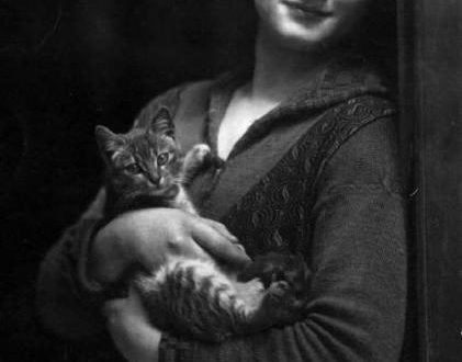 La ragazza col gatto