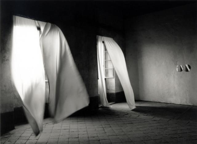 gonzales-torres_castello-di-rivara_1991_photo-giorgio-mussa_the-felix-gonzalez-torres-foundation_courtesy-andrea-rosen-gallery-new-york